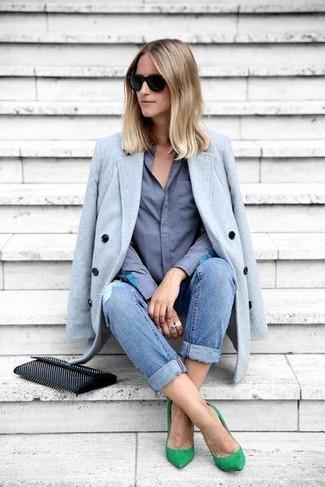 Как и с чем носить: голубое пальто, синяя классическая рубашка, синие рваные джинсы-бойфренды, зеленые замшевые туфли