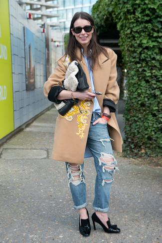 Как и с чем носить: светло-коричневое пальто с вышивкой, голубая классическая рубашка, синие рваные джинсы-бойфренды, черные кожаные туфли