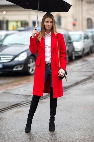 Модный лук: Красное пальто, Белая классическая рубашка, Темно-синие джинсы скинни, Черные замшевые ботфорты