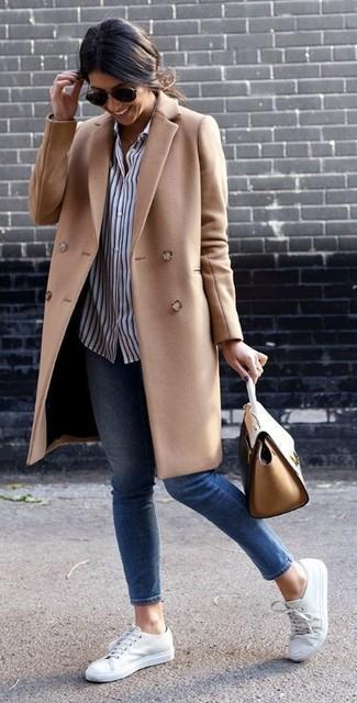 Как и с чем носить: светло-коричневое пальто, бело-темно-синяя классическая рубашка в вертикальную полоску, синие джинсы скинни, белые низкие кеды