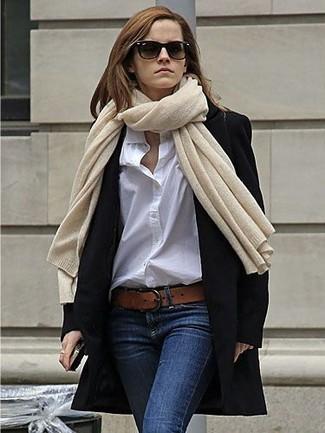 Как и с чем носить: черное пальто, белая классическая рубашка, темно-синие джинсы скинни, коричневый кожаный ремень