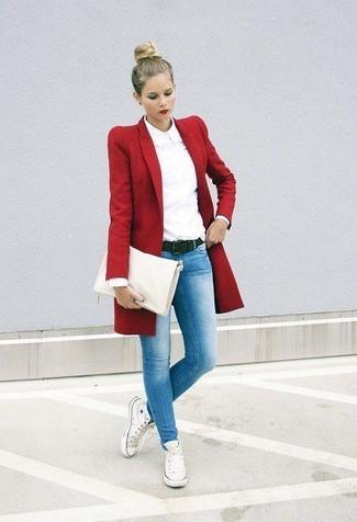 Как и с чем носить: красное пальто, белая классическая рубашка, голубые джинсы скинни, белые высокие кеды из плотной ткани