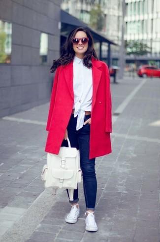 Как и с чем носить: красное пальто, белая классическая рубашка, темно-синие джинсы скинни, белые низкие кеды из плотной ткани