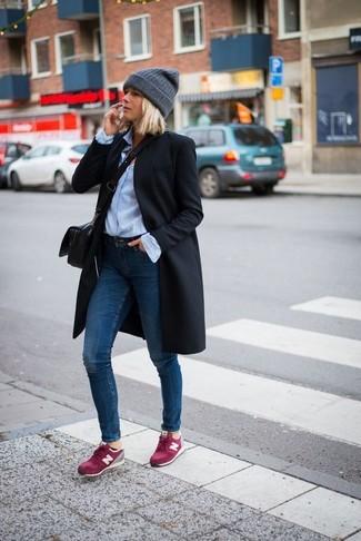 Как и с чем носить: черное пальто, голубая классическая рубашка, темно-синие джинсы скинни, ярко-розовые замшевые низкие кеды