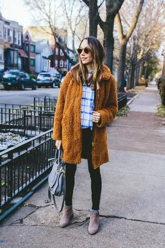 Как и с чем носить: табачное флисовое пальто, бело-синяя классическая рубашка в шотландскую клетку, черные джинсы скинни, коричневые замшевые ботинки челси