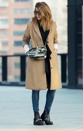 Как и с чем носить: светло-коричневое пальто, белая классическая рубашка, темно-синие джинсы скинни, черные кожаные ботинки челси