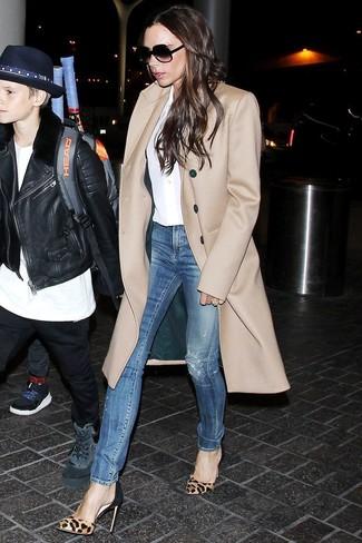 Светло-коричневые туфли из ворса пони с леопардовым принтом: с чем носить и как сочетать: Если в одежде ты ценишь удобство и функциональность, обрати внимание на это сочетание светло-коричневого пальто и синих рваных джинсов скинни. Светло-коричневые туфли из ворса пони с леопардовым принтом станут превосходным завершением твоего образа.