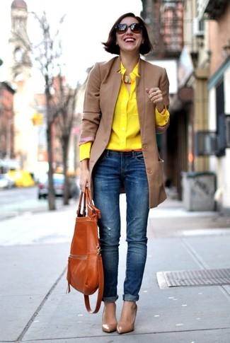 Как и с чем носить: светло-коричневое пальто, желтая классическая рубашка, синие рваные джинсы скинни, коричневые кожаные туфли