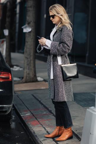 """Как и с чем носить: серое пальто с узором """"в ёлочку"""", белая классическая рубашка в клетку, черные джинсы, табачные кожаные ботильоны"""