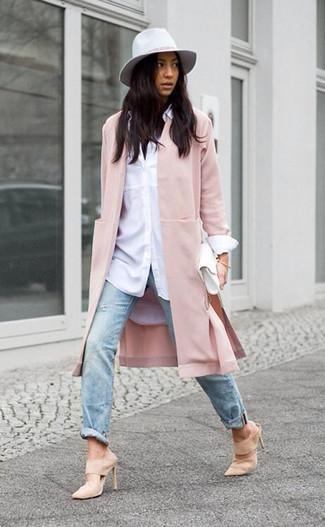 Как и с чем носить: розовое пальто, белая классическая рубашка, голубые рваные джинсы, бежевые замшевые сабо