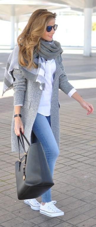 Как и с чем носить: серое пальто, белая классическая рубашка, голубые джинсовые леггинсы, белые низкие кеды