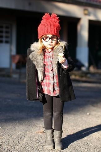 Как и с чем носить: черное пальто, красная классическая рубашка в шотландскую клетку, черные леггинсы, серые ботинки