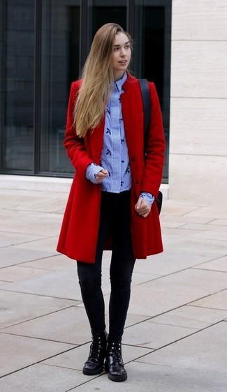Как и с чем носить: красное пальто, голубая классическая рубашка в вертикальную полоску, черные леггинсы, черные кожаные ботинки на шнуровке