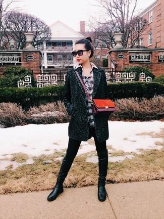 Как и с чем носить: темно-зеленое пальто, серая классическая рубашка в шотландскую клетку, черные леггинсы, черные кожаные сапоги