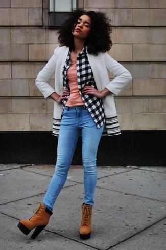 Как и с чем носить: бело-черное пальто, бело-черная классическая рубашка в клетку, розовая майка, синие джинсы скинни