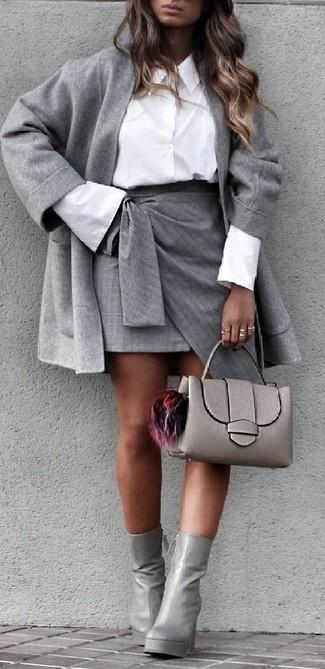 Как и с чем носить: серое пальто, белая классическая рубашка, серая мини-юбка с разрезом, серые кожаные ботильоны