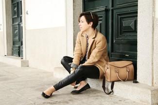 Как и с чем носить: светло-коричневое пальто, бело-темно-синяя классическая рубашка в мелкую клетку, черные кожаные узкие брюки, черные кожаные балетки
