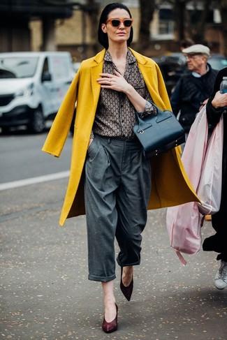 Как и с чем носить: горчичное пальто, серая классическая рубашка с принтом, серые широкие брюки, темно-красные кожаные туфли