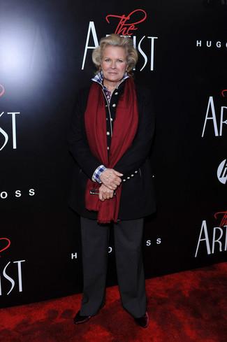 Как и с чем носить: черное пальто, бело-синяя классическая рубашка в мелкую клетку, темно-серые широкие брюки, темно-красные бархатные ботильоны