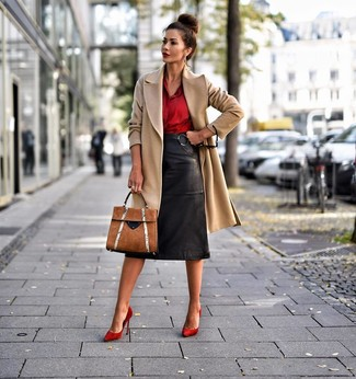 Светло-коричневое пальто: с чем носить и как сочетать женщине: Светло-коричневое пальто и черная кожаная юбка-карандаш — замечательное решение для свидания или встречи с подругами. В тандеме с этим луком наиболее выигрышно смотрятся красные замшевые туфли.