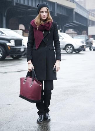 Как и с чем носить: черное пальто, черные классические брюки, черные кожаные ботинки челси, темно-красная кожаная большая сумка