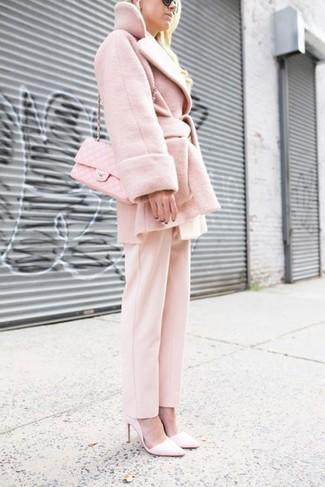Как и с чем носить: розовое пальто, розовые классические брюки, розовые кожаные туфли, розовая кожаная стеганая сумка через плечо