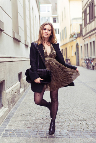 Как и с чем носить: черное пальто, золотое коктейльное платье, черные кожаные ботильоны, черный меховой клатч