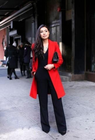 Как и с чем носить: красное пальто, черный комбинезон, черные кожаные туфли, черная кожаная сумка через плечо