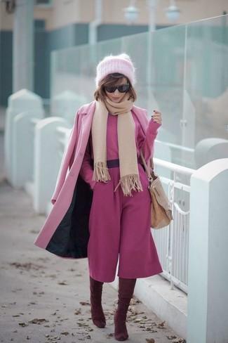 Бежевый шарф: с чем носить и как сочетать женщине: Если ты наметила себе насыщенный день, сочетание розового пальто и бежевого шарфа позволит создать комфортный лук в непринужденном стиле. Теперь почему бы не добавить в повседневный лук толику шика с помощью темно-красных замшевых ботфортов?