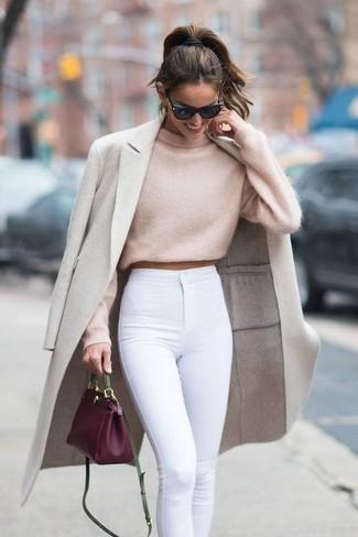 Как и с чем носить: бежевое пальто, бежевый короткий свитер, белые джинсы скинни, пурпурная кожаная сумка через плечо