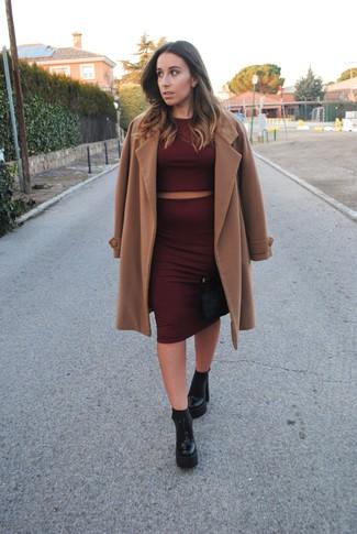 Как и с чем носить: светло-коричневое пальто, темно-красный короткий свитер, темно-красная юбка-карандаш, черные кожаные массивные ботильоны