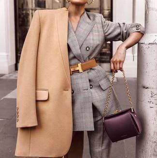 Как и с чем носить: светло-коричневое пальто, серый костюм в шотландскую клетку, темно-пурпурная кожаная сумка-саквояж, светло-коричневый кожаный пояс