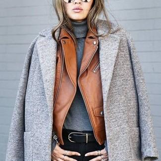 Как и с чем носить: серое пальто, коричневая кожаная косуха, темно-серая водолазка, черные джинсы скинни