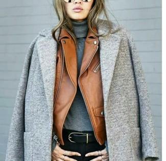 Как и с чем носить: серое пальто, табачная кожаная косуха, серая водолазка, черные джинсы скинни