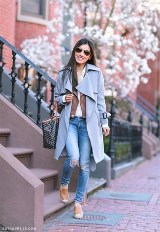 Как и с чем носить: голубое пальто, коричневая кожаная косуха, белая классическая рубашка, синие рваные джинсы скинни