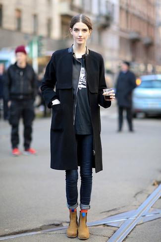 Как и с чем носить: черное пальто, черная кожаная косуха, черно-белая футболка с круглым вырезом с принтом, темно-синие джинсы скинни