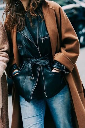 Как и с чем носить: табачное пальто, черная кожаная косуха, черная футболка с круглым вырезом, синие джинсы