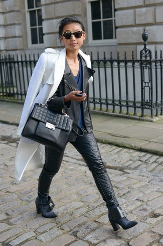 Как и с чем носить: белое пальто, черная кожаная косуха, темно-синяя футболка с v-образным вырезом, черные кожаные джинсы скинни