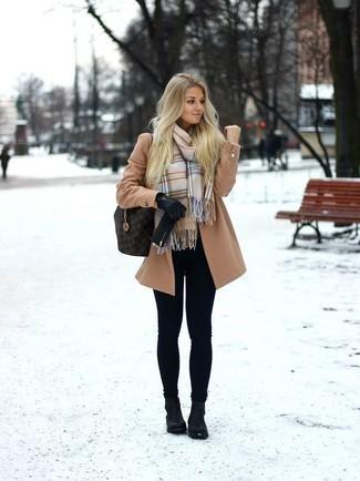 Как и с чем носить: светло-коричневое пальто, черные леггинсы, черные кожаные ботильоны, темно-коричневая кожаная большая сумка