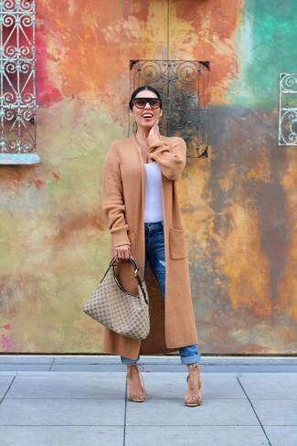Как и с чем носить: светло-коричневое вязаное пальто, белая майка, синие джинсы-бойфренды, светло-коричневые замшевые босоножки на каблуке c бахромой