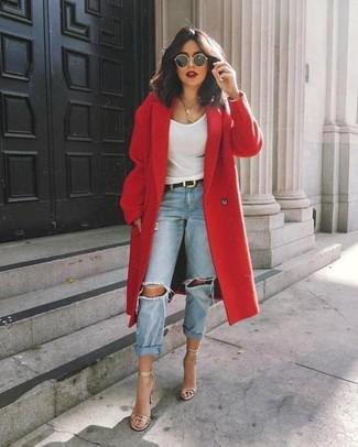Как и с чем носить: красное пальто, белая майка, голубые рваные джинсы-бойфренды, серебряные кожаные босоножки на каблуке