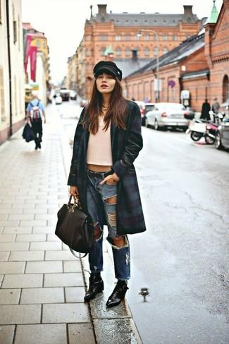 Как и с чем носить: темно-сине-зеленое пальто, розовая майка, синие рваные джинсы-бойфренды, черные кожаные ботильоны на шнуровке