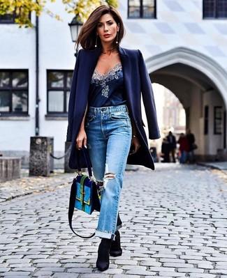 Голубые рваные джинсы-бойфренды: с чем носить и как сочетать: Если ты любишь одеваться по моде, чувствуя себя при этом комфортно и расслабленно, стоит опробировать это сочетание темно-синего пальто и голубых рваных джинсов-бойфрендов. Вместе с этим образом чудесно будут смотреться черные ботильоны на резинке.