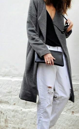 Как и с чем носить: серое пальто, черная майка, белые рваные джинсы-бойфренды, черный кожаный клатч