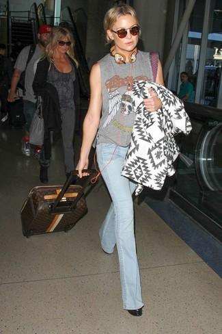 Как и с чем носить: бело-черное пальто с геометрическим рисунком, серая майка с принтом, голубые джинсы-клеш, черные кожаные ботильоны