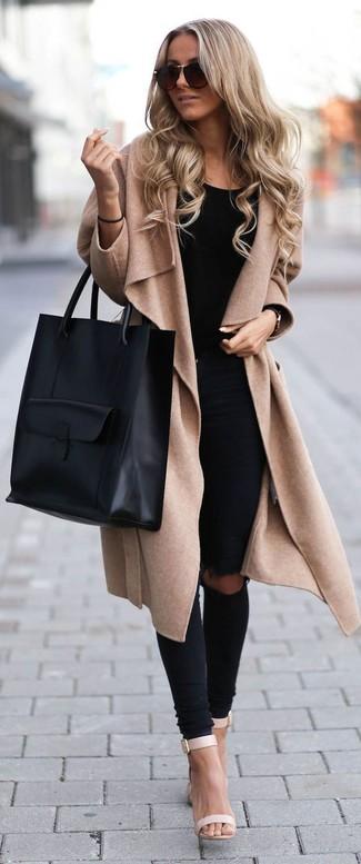 Модный лук: Светло-коричневое пальто, Черная майка, Черные рваные джинсы скинни, Бежевые кожаные босоножки на каблуке