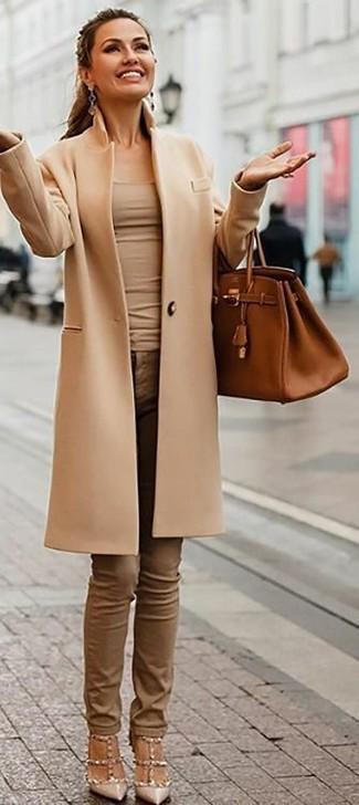 Как и с чем носить: светло-коричневое пальто, бежевая майка, коричневые джинсы скинни, бежевые кожаные туфли с шипами