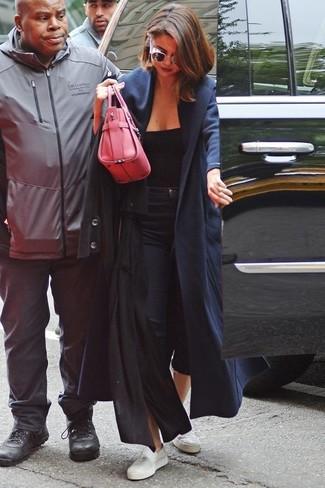 Как и с чем носить: черное пальто, черная майка, черные джинсы скинни, белые кожаные низкие кеды