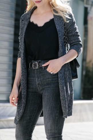 Как и с чем носить: темно-серое вязаное пальто, черная шелковая майка, темно-серые джинсы скинни, черная кожаная сумка-саквояж