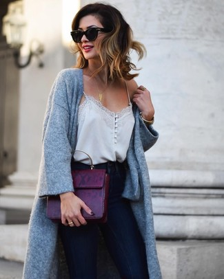 Как и с чем носить: серое вязаное пальто, серая шелковая майка, темно-синие джинсы скинни, темно-пурпурная кожаная сумка-саквояж